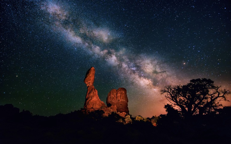 Night-Sky-Stars-The-Milky-Way-Canyon-Desert