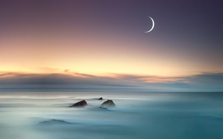 4137492-moon-sea